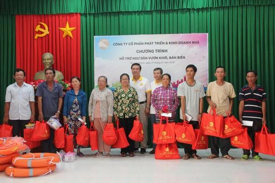HDTC tổ chức chương trình viếng thăm nghĩa trang Liệt sĩ và hỗ trợ ngư dân vươn khơi bám biển tại huyện Cần Giờ ảnh 3