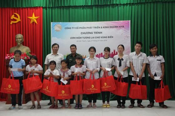 HDTC tổ chức chương trình viếng thăm nghĩa trang Liệt sĩ và hỗ trợ ngư dân vươn khơi bám biển tại huyện Cần Giờ ảnh 4