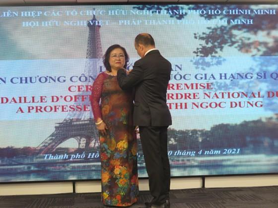 Trao huân chương Sĩ quan Công trạng quốc gia Pháp tặng Chủ tịch Hội hữu nghị Việt - Pháp TPHCM ảnh 1