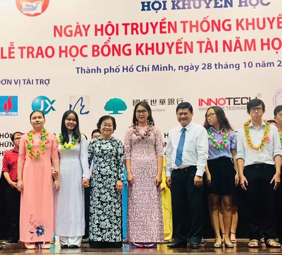 TPHCM: Trao hơn 1,8 tỷ đồng học bổng cho sinh viên có hoàn cảnh khó khăn ảnh 1