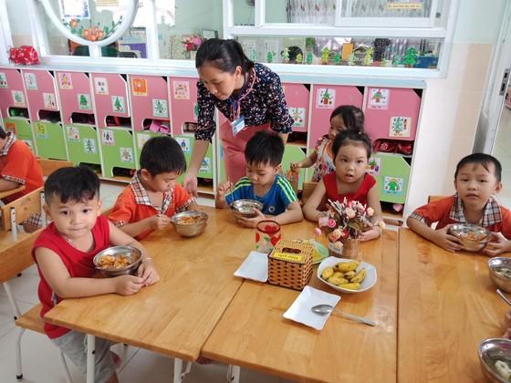 TPHCM: Căn tin không được bán nước ngọt có ga, kiểm tra đột xuất bếp ăn trường học ảnh 1
