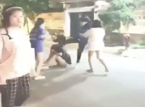 Mâu thuẫn trên mạng khiến học sinh lớp 11 đánh nhau nghiêm trọng ảnh 1