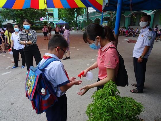 TPHCM: Nhộn nhịp ngày đầu tiên đón học sinh tiểu học trở lại trường sau dịch Covid-19 ảnh 1