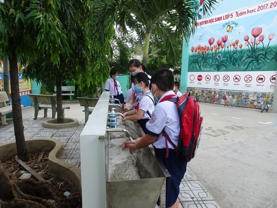 TPHCM: Nhộn nhịp ngày đầu tiên đón học sinh tiểu học trở lại trường sau dịch Covid-19 ảnh 2
