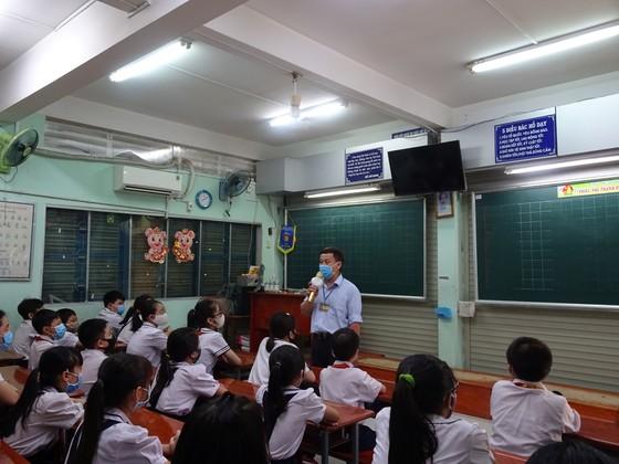 TPHCM: Nhộn nhịp ngày đầu tiên đón học sinh tiểu học trở lại trường sau dịch Covid-19 ảnh 3