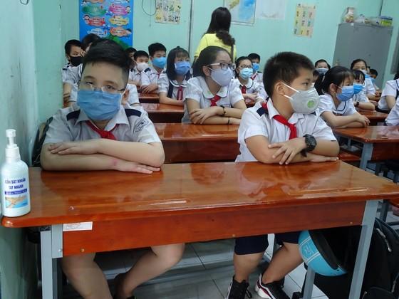 TPHCM: Nhộn nhịp ngày đầu tiên đón học sinh tiểu học trở lại trường sau dịch Covid-19 ảnh 4