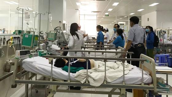 Cây phượng trong sân trường bật gốc, 13 học sinh nhập viện, 1 học sinh đã tử vong ảnh 4