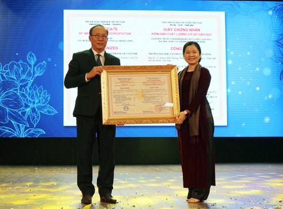 Trường Đại học Văn hóa TPHCM nhận cờ thi đua của Chính phủ và chứng nhận kiểm định chất lượng giáo dục ảnh 2