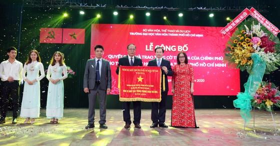 Trường Đại học Văn hóa TPHCM nhận cờ thi đua của Chính phủ và chứng nhận kiểm định chất lượng giáo dục ảnh 1