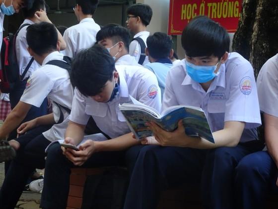 TPHCM: Thí sinh thoải mái bước vào môn thi đầu tiên của kỳ thi tốt nghiệp THPT năm 2020 ảnh 1
