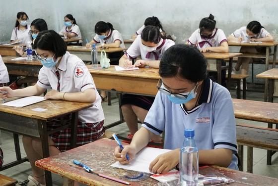 TPHCM: Thí sinh thoải mái bước vào môn thi đầu tiên của kỳ thi tốt nghiệp THPT năm 2020 ảnh 8