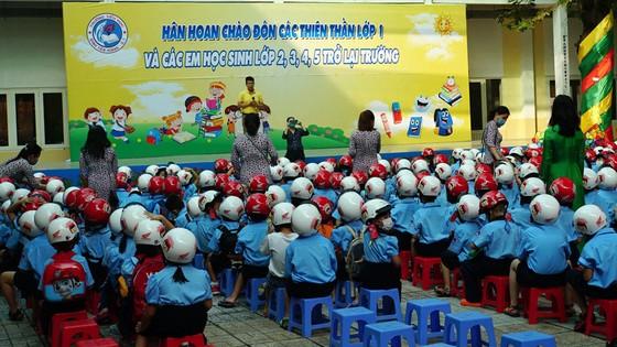 TPHCM: Học sinh lớp 1 phấn khởi trong ngày tựu trường năm học mới ảnh 1