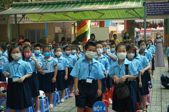 TPHCM: Học sinh lớp 1 phấn khởi trong ngày tựu trường năm học mới ảnh 2