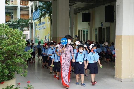 TPHCM: Học sinh lớp 1 phấn khởi trong ngày tựu trường năm học mới ảnh 4