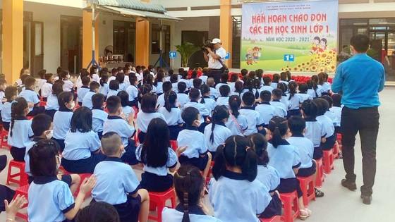 TPHCM: Học sinh lớp 1 phấn khởi trong ngày tựu trường năm học mới ảnh 3