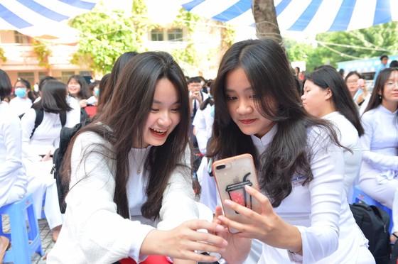 Chủ tịch UBND TPHCM Nguyễn Thành Phong dự lễ khai giảng tại Trường THPT Mạc Đĩnh Chi ảnh 11