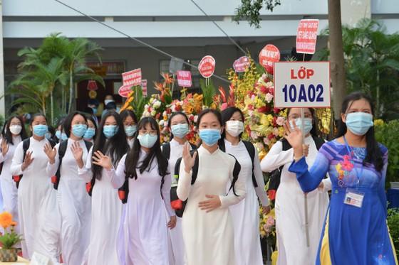 Chủ tịch UBND TPHCM Nguyễn Thành Phong dự lễ khai giảng tại Trường THPT Mạc Đĩnh Chi ảnh 10
