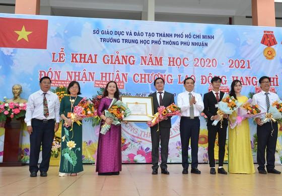 Chủ tịch UBND TPHCM Nguyễn Thành Phong dự lễ khai giảng tại Trường THPT Mạc Đĩnh Chi ảnh 14