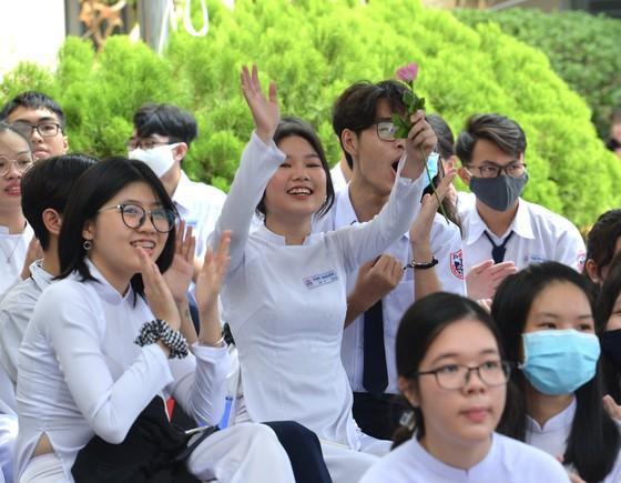 Chủ tịch UBND TPHCM Nguyễn Thành Phong dự lễ khai giảng tại Trường THPT Mạc Đĩnh Chi ảnh 12