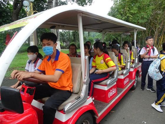 """Học sinh hào hứng trải nghiệm trồng rau, chăm sóc thú qua Cuộc thi """"Văn hay chữ tốt"""" do quận Tân Bình tổ chức  ảnh 1"""