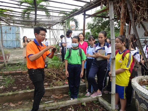"""Học sinh hào hứng trải nghiệm trồng rau, chăm sóc thú qua Cuộc thi """"Văn hay chữ tốt"""" do quận Tân Bình tổ chức  ảnh 3"""