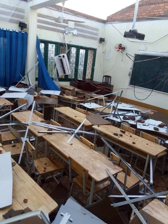 Trường THPT Bình Phú cho học sinh nghỉ học 2 ngày do bị tốc mái sau cơn mưa lớn chiều 31-10 ảnh 2