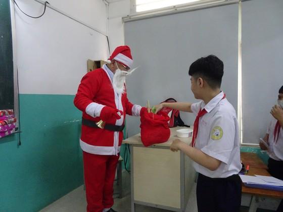 Thầy hiệu trưởng hóa thân thành ông già Noel tặng... iPhone 12 cho học sinh ảnh 1