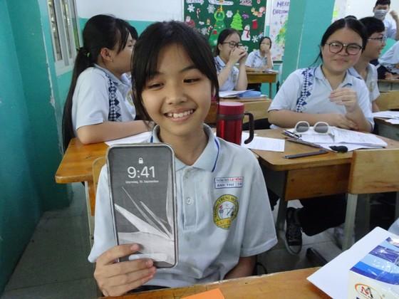 Thầy hiệu trưởng hóa thân thành ông già Noel tặng... iPhone 12 cho học sinh ảnh 4
