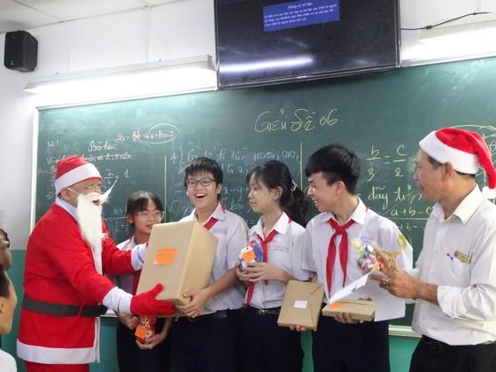 Thầy hiệu trưởng hóa thân thành ông già Noel tặng... iPhone 12 cho học sinh ảnh 2