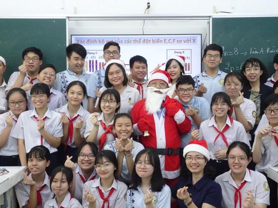 Thầy hiệu trưởng hóa thân thành ông già Noel tặng... iPhone 12 cho học sinh ảnh 3