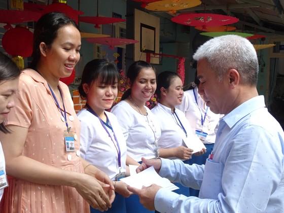 TPHCM: Trao 80 phần quà tết cho cán bộ, giáo viên, nhân viên có hoàn cảnh khó khăn, không có điều kiện về quê đón tết  ảnh 2