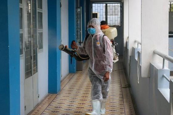 Trường THPT Nguyễn Du (quận 10) phun thuốc khử khuẩn chuẩn bị đón học sinh trở lại trường học