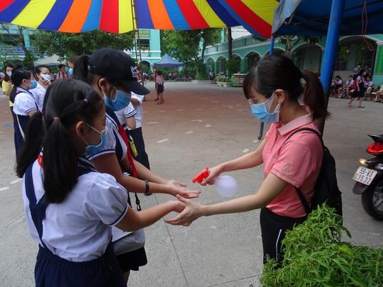 Cán bộ, giáo viên và học sinh thực hiện nghiêm yêu cầu 5K  ảnh 1