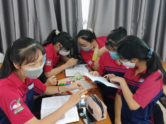 Trường học có thể linh động kết hợp nhiều hình thức như kiểm tra trực tiếp trên lớp, lấy điểm bài thực hành, dự án học tập... để hoàn tất kiểm tra học kỳ 2 cho học sinh