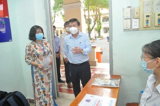 Chủ tịch UBND TPHCM Nguyễn Thành Phong động viên tinh thần thí sinh trước kỳ thi tốt nghiệp THPT ảnh 2