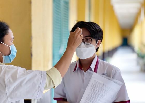 Chủ tịch UBND TPHCM Nguyễn Thành Phong động viên tinh thần thí sinh trước kỳ thi tốt nghiệp THPT ảnh 5