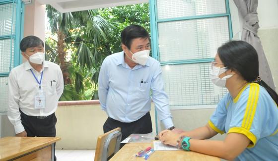 Chủ tịch UBND TPHCM Nguyễn Thành Phong động viên tinh thần thí sinh trước kỳ thi tốt nghiệp THPT ảnh 1