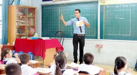 Giám đốc Sở GD-ĐT TPHCM nói gì về kiến nghị dừng chương trình tiếng Anh tích hợp của phụ huynh? ảnh 1