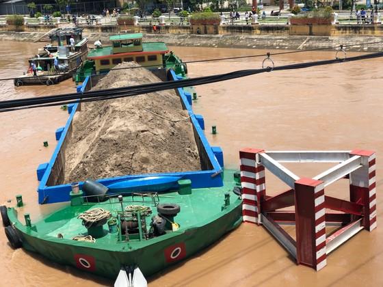 Một sà lan chở hàng ngàn khối cát có nguy cơ chìm vì bị mắc cạn ảnh 1