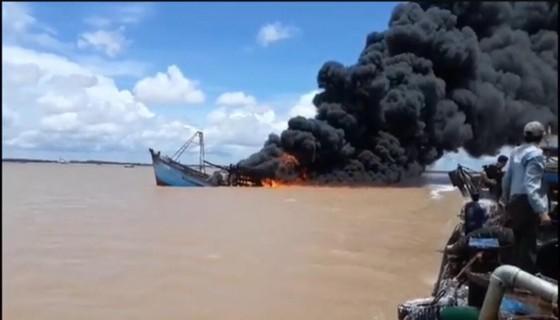 Một tàu cá ở Bến Tre bị cháy thiệt hại trên 7 tỷ đồng ảnh 1