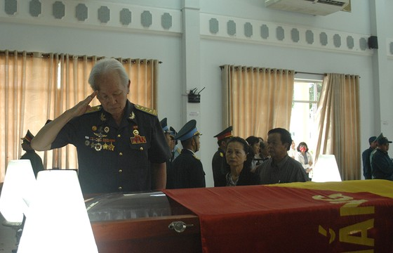 Tiễn đưa Anh hùng phi công Nguyễn Văn Bảy về đất mẹ ảnh 1