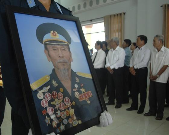 Tiễn đưa Anh hùng phi công Nguyễn Văn Bảy về đất mẹ ảnh 10