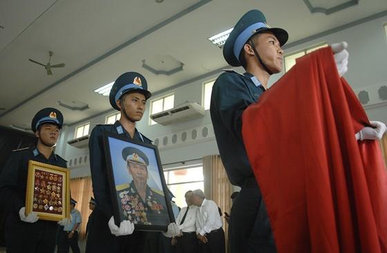 Tiễn đưa Anh hùng phi công Nguyễn Văn Bảy về đất mẹ ảnh 9
