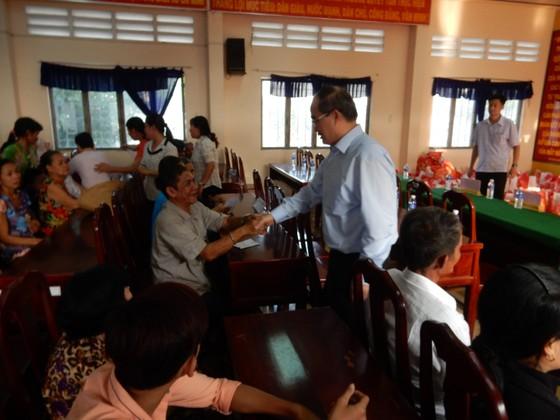 Bí thư Thành ủy Nguyễn Thiện Nhân trao quà cho bà con nghèo tỉnh Trà Vinh ảnh 1