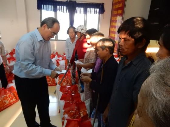 Bí thư Thành ủy Nguyễn Thiện Nhân trao quà cho bà con nghèo tỉnh Trà Vinh ảnh 4