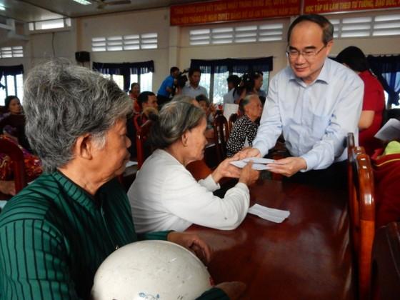 Bí thư Thành ủy Nguyễn Thiện Nhân trao quà cho bà con nghèo tỉnh Trà Vinh ảnh 2