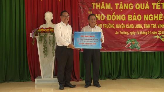 Bí thư Thành ủy Nguyễn Thiện Nhân trao quà cho bà con nghèo tỉnh Trà Vinh ảnh 3