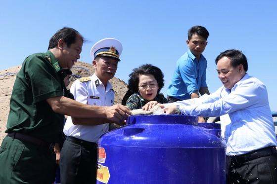 Tặng bồn chứa nước ngọt cho người dân vùng hạn mặn ảnh 1