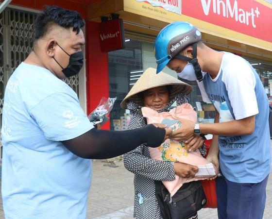 Hỗ trợ tiền, gạo giúp người bán vé số vượt qua khó khăn ảnh 3