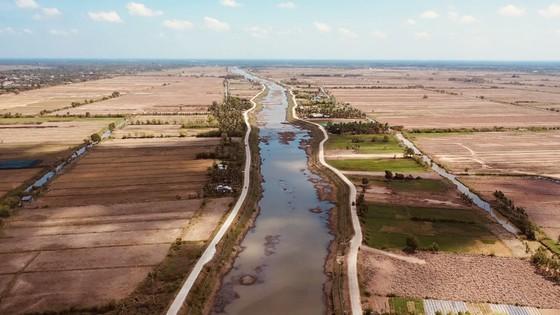 Ảnh hưởng bởi hạn mặn, hồ chứa nước ngọt tại Bến Tre sắp khô cạn ảnh 1